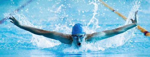Avoir des abdos permet la natation